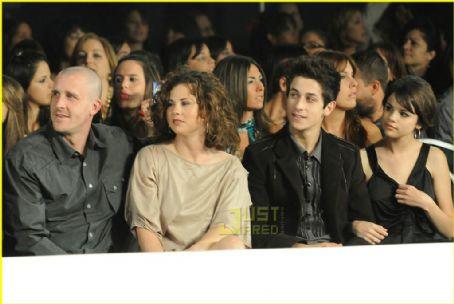 Selena Gomez  David Henrie on Title  Selena Gomez And David Henrie Picture2